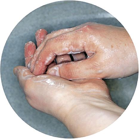4. Намыливайте руки в течение примерно 20 секунд