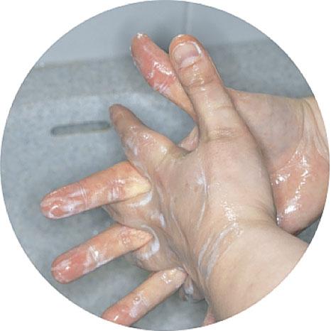 5. Тщательно вымойте также между пальцами